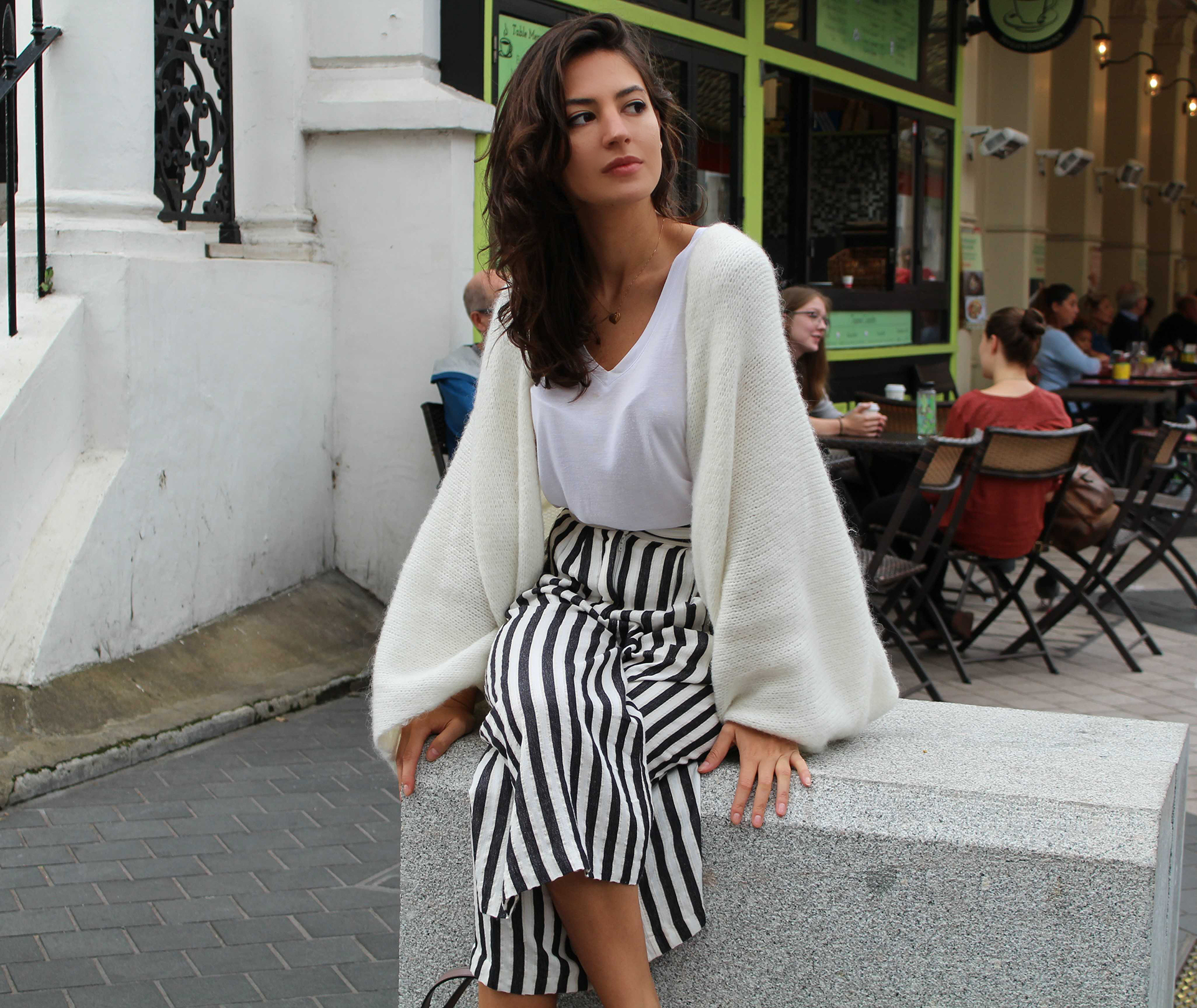 mihaela gurau ootd outfit post fashion blogger London alb negru black white